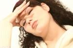 Ból głowy kobieta trzymająca się za głowę